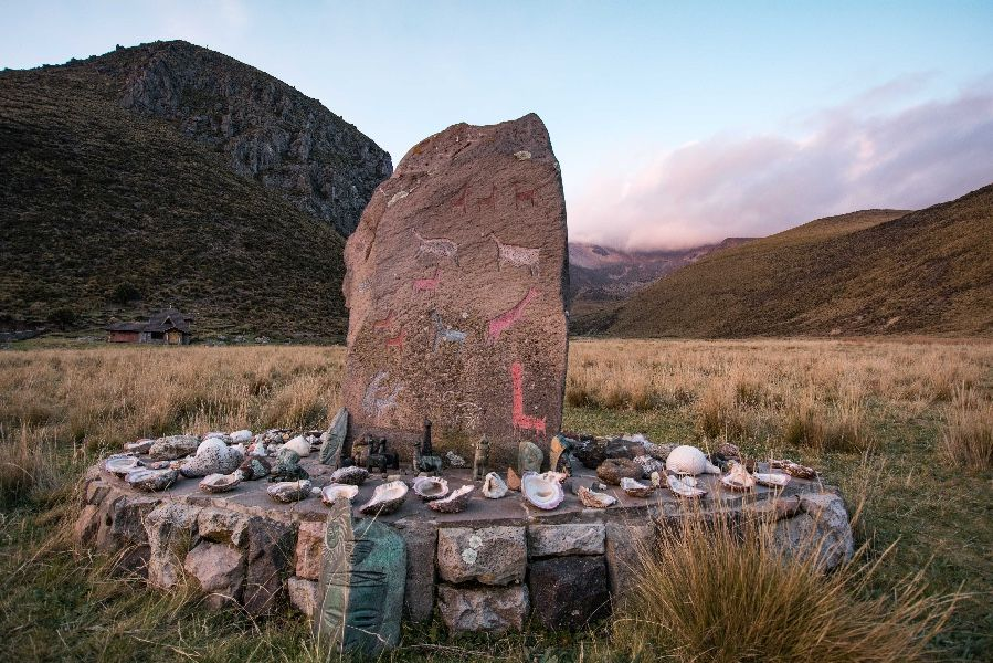 Me dice que es un punto donde llegaban los incas. Hay una piedra con ofrendas, entre ellas conchas que representan la feminidad y caracoles que representan la masculinidad